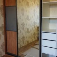 Встроенный шкаф купе с декоративными зеркалами