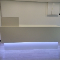 Торговая стойка белого цвета с подсветкой