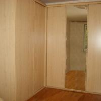 Угловой шкаф-купе с зеркальной дверью